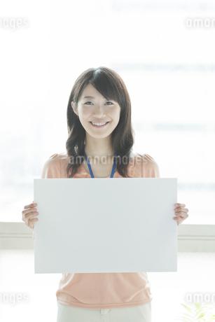 ホワイトボードを持つビジネスウーマンの写真素材 [FYI01621011]