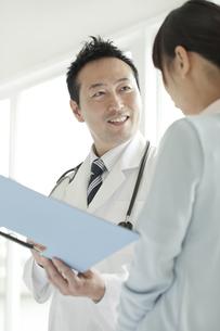 打ち合せをする男性医師と看護師の写真素材 [FYI01621012]