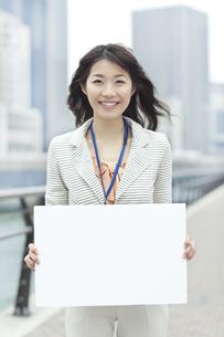 ホワイトボードを持つビジネスウーマンの写真素材 [FYI01621023]