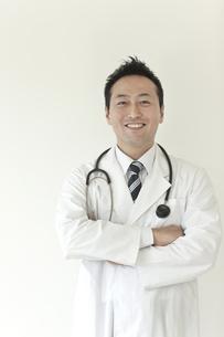 笑顔の日本人男性医師の写真素材 [FYI01621026]