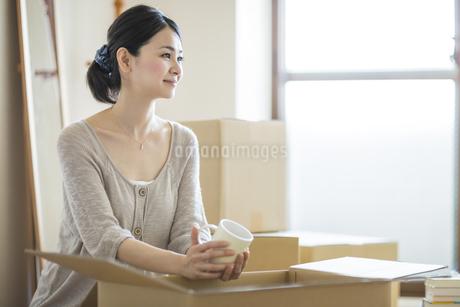 引っ越し作業をする女性の写真素材 [FYI01621037]