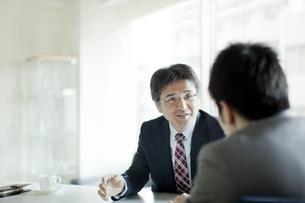 向き合って話すビジネスマンの写真素材 [FYI01621049]
