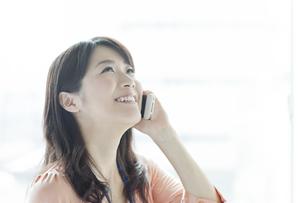スマートフォンで話すビジネスウーマンの写真素材 [FYI01621052]