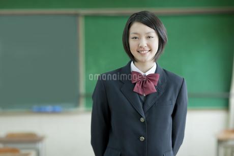 教室で過ごす笑顔の女子校生の写真素材 [FYI01621055]