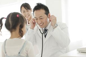 幼児を診察する男性医師の写真素材 [FYI01621064]