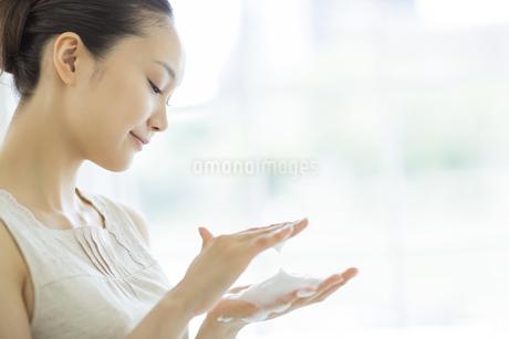 洗顔の泡をたてるスキンケアイメージの写真素材 [FYI01621066]
