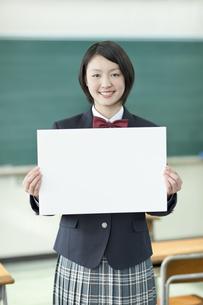 ホワイトボードを持つ笑顔の女子校生の写真素材 [FYI01621068]