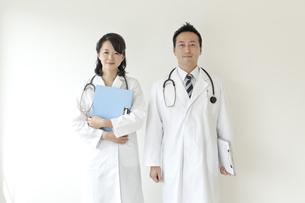 2人の医師の写真素材 [FYI01621071]