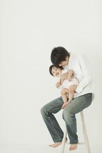 赤ちゃんを抱っこする父親と喜ぶ赤ちゃんの写真素材 [FYI01621088]