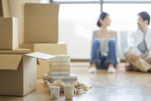 若い男女の引っ越しイメージの写真素材 [FYI01621098]