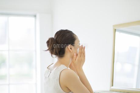 洗顔泡マッサージケアをするスキンケアイメージの写真素材 [FYI01621099]