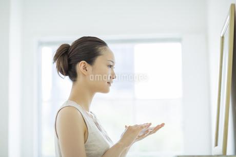 洗顔の泡をたてるスキンケアイメージの写真素材 [FYI01621105]