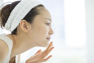 洗顔後鏡を見るスキンケアイメージの写真素材 [FYI01621108]