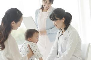 幼児を診察する女性医師の写真素材 [FYI01621112]