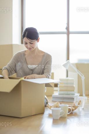 引っ越し作業をする女性の写真素材 [FYI01621116]