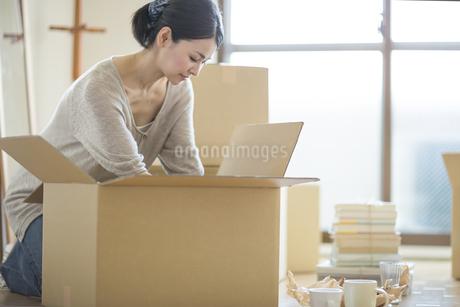引っ越し作業をする女性の写真素材 [FYI01621119]
