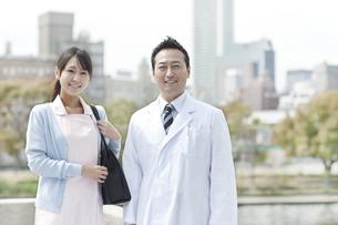 往診に出る医師と看護師の写真素材 [FYI01621127]