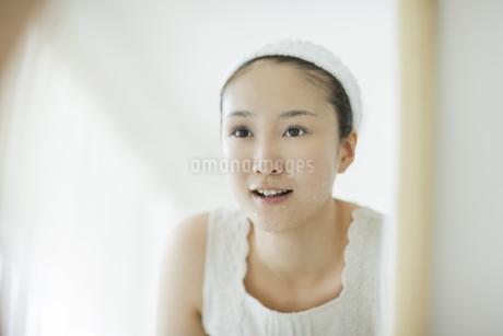 洗顔後鏡を見るスキンケアイメージの写真素材 [FYI01621145]