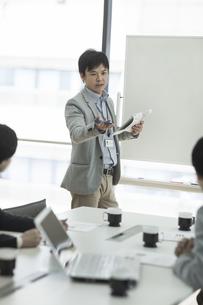 ホワイトボードの前で話すビジネスマンの写真素材 [FYI01621148]