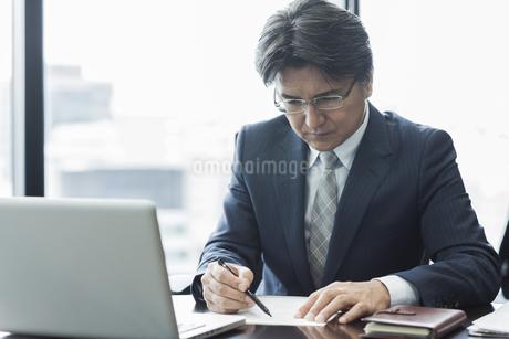デスクワークをするビジネスマンの写真素材 [FYI01621170]