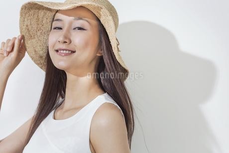 日差しを浴びる笑顔の女性の写真素材 [FYI01621181]