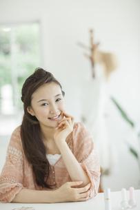 頬杖をして微笑む女性の写真素材 [FYI01621182]