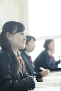 真剣に授業を受ける女子校生の写真素材 [FYI01621189]