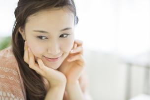 頬杖をして微笑む女性の写真素材 [FYI01621190]