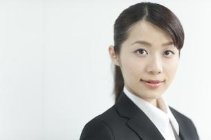 就職活動をする若い女性の写真素材 [FYI01621191]