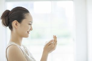 洗顔の泡を両手に持つスキンケアイメージの写真素材 [FYI01621197]
