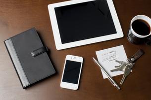 テーブルに置かれたタブレットPCとスマートフォンの写真素材 [FYI01621200]