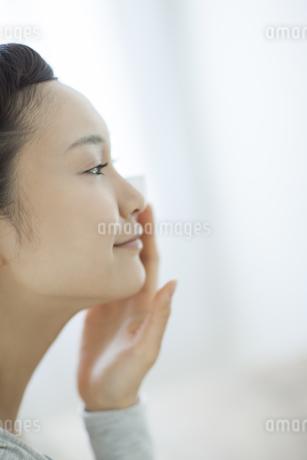 コットンを顔にあてるスキンケアイメージの写真素材 [FYI01621210]
