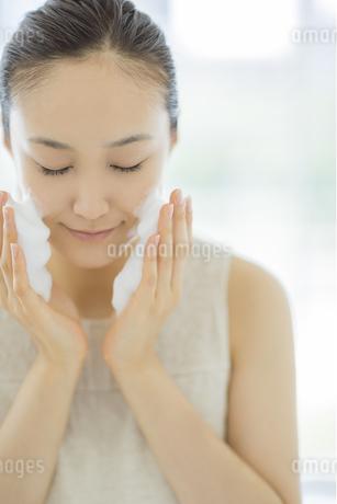 「泡洗顔マッサージをする女性の写真素材 [FYI01621215]