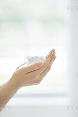 洗顔の泡を両手に持つスキンケアイメージの写真素材 [FYI01621216]