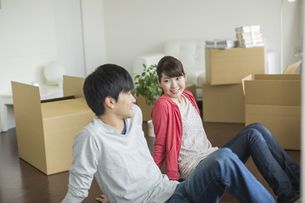床に座り話す若いカップルの写真素材 [FYI01621225]