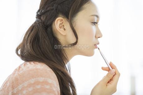 口紅を塗る美容イメージの写真素材 [FYI01621227]