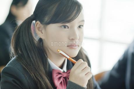 真剣に授業を受ける女子校生の写真素材 [FYI01621234]