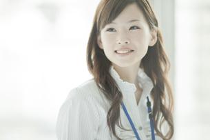 笑顔で見つめるビジネスウーマンの写真素材 [FYI01621235]