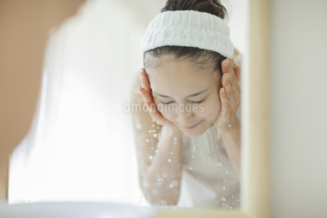 洗顔をするスキンケアイメージの写真素材 [FYI01621239]