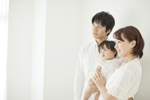 赤ちゃんを抱っこする父親と母親の写真素材 [FYI01621244]