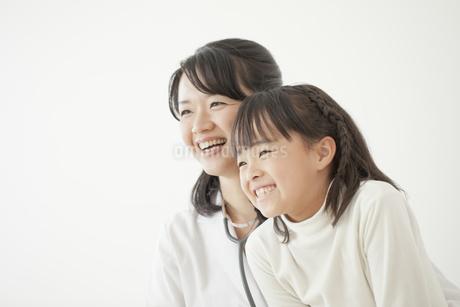 笑顔の女性医師と女の子の写真素材 [FYI01621269]