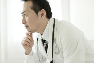 考える日本人男性医師の写真素材 [FYI01621270]