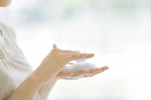 洗顔の泡をたてるスキンケアイメージの写真素材 [FYI01621279]