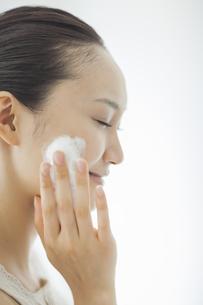 洗顔の泡を頬にのせるスキンケアイメージの写真素材 [FYI01621287]