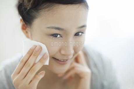 コットンを顔にあてるスキンケアイメージの写真素材 [FYI01621290]