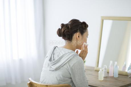 コットンを顔にあてるスキンケアイメージの写真素材 [FYI01621297]