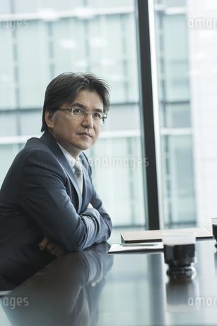 イスに座り考える中高年のビジネスマンの写真素材 [FYI01621354]
