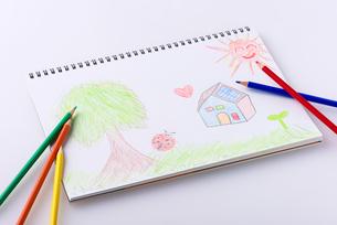 スケッチブックと色鉛筆の写真素材 [FYI01621367]