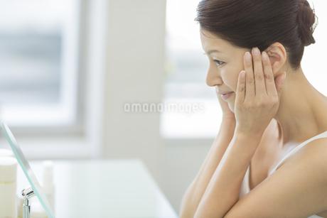 中年女性のスキンケアイメージの写真素材 [FYI01621373]
