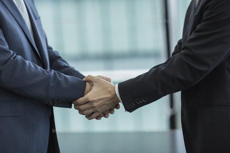 握手をするビジネスマンの手アップの写真素材 [FYI01621383]